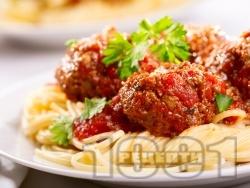 Спагети с пържени кюфтета и доматен сос - снимка на рецептата